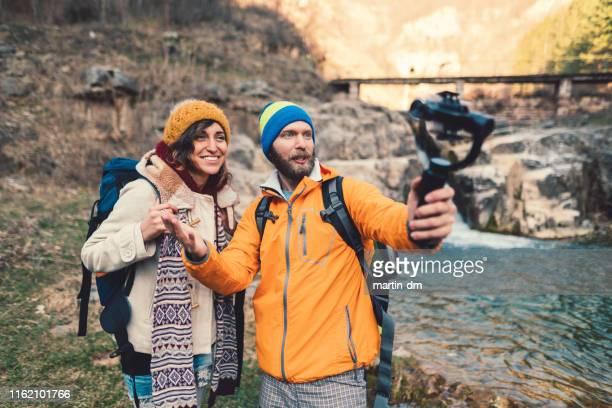 pareja de senderismo, vlogging y divertirse - reportaje imágenes fotografías e imágenes de stock
