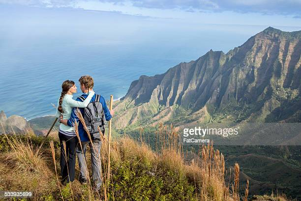 couple hiking while on vacation in hawaii - na pali coast stock pictures, royalty-free photos & images