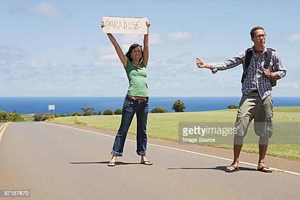 Couple, faire du stop