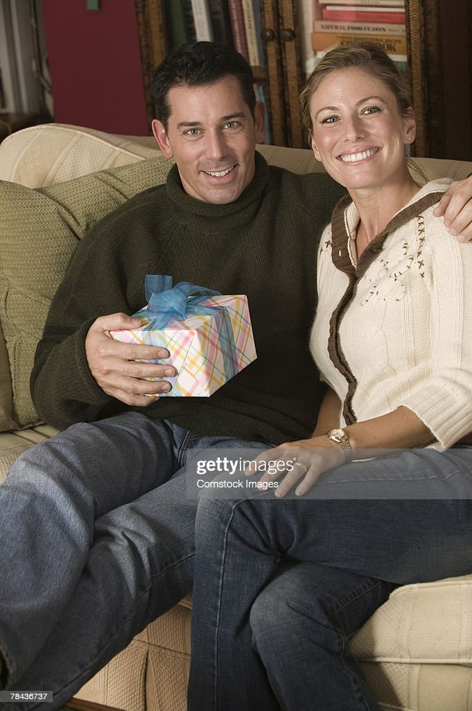 Couple holding a gift : Stockfoto