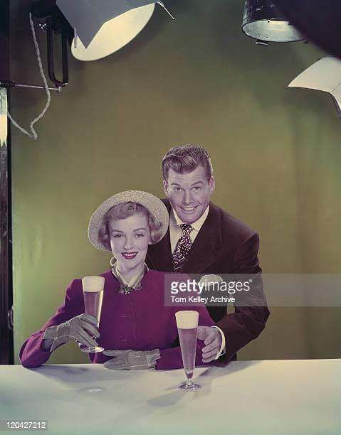 casal segurando copos de cerveja, sorridente, retrato - de arquivo imagens e fotografias de stock