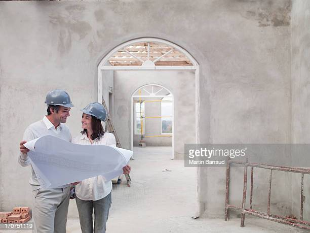 Paar holding Werkzeuge für Haus im Bau