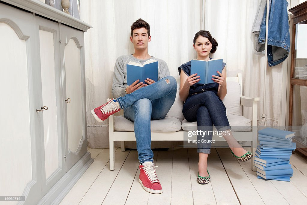 Couple holding books : Foto de stock