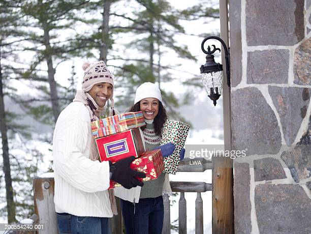 couple holding christmas gift, smiling, portrait - african american christmas images stock pictures, royalty-free photos & images