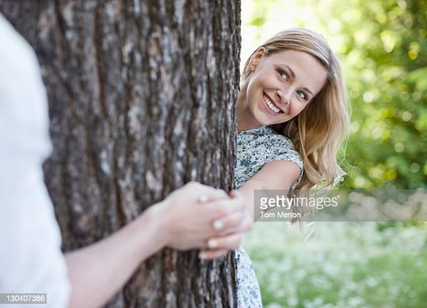 Paar Hände halten am tree