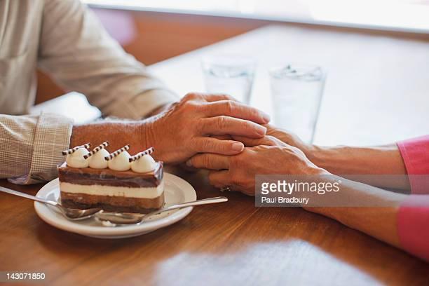 Couple tenant les mains au café