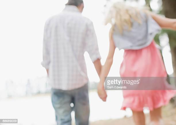 Paar Hände halten im Freien