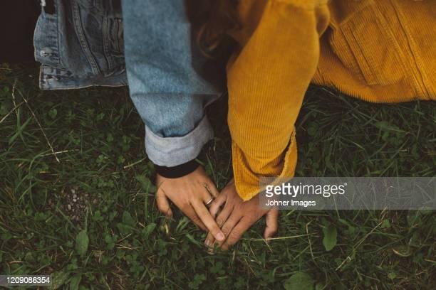 couple holding hands - heteroseksueel koppel stockfoto's en -beelden