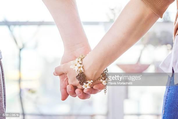 couple holding hands - ブレスレット ストックフォトと画像