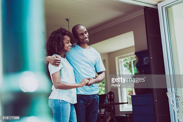 Paar, Hände halten, während Wegsehen am Eingang
