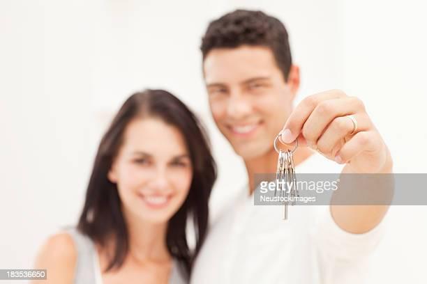 Paar hält Haus Schlüssel