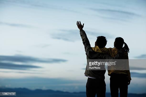 couple hugging at the mountain - 見上げる ストックフォトと画像