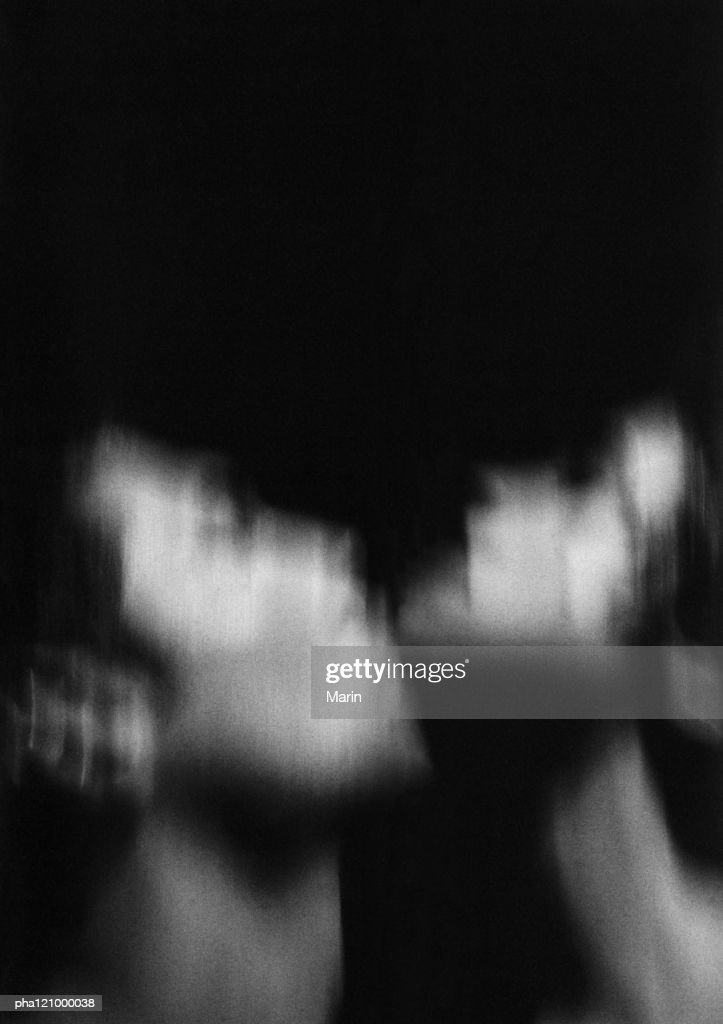 Couple hugging, close-up, blurred, b&w : Stockfoto