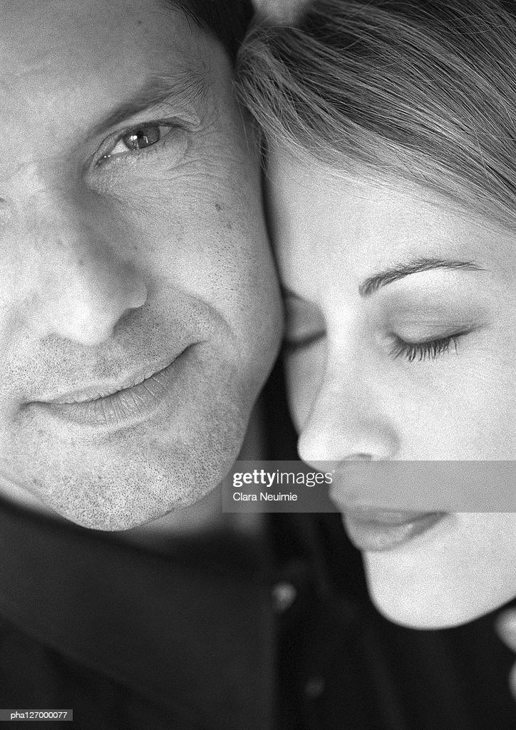 Couple hugging, close-up, b&w : Stockfoto