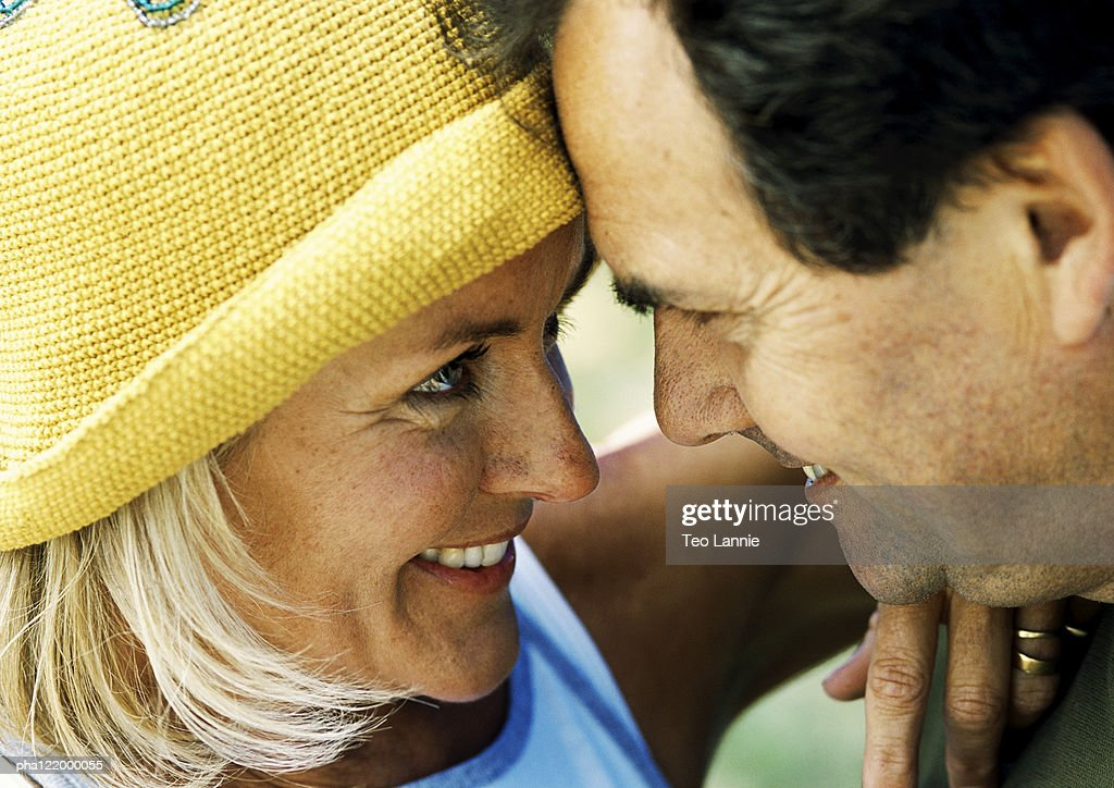 Couple hugging, close-up : Stockfoto