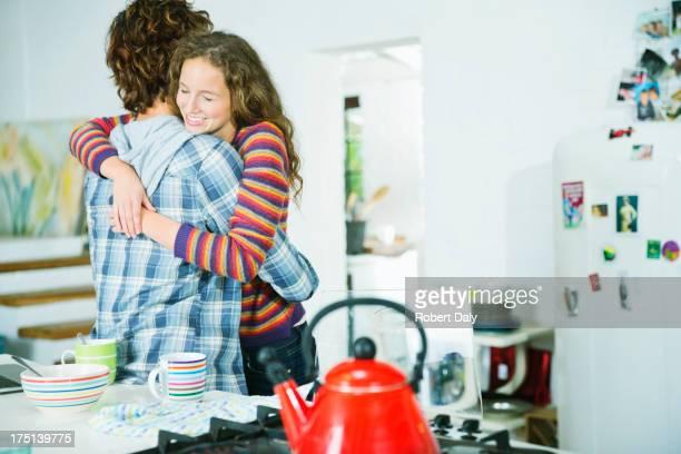 Paar Umarmen in der Küche