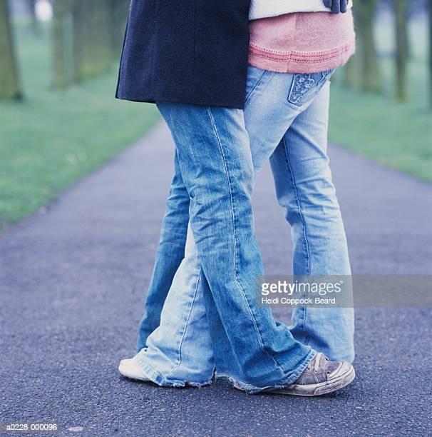 couple hugging in park - heidi coppock beard - fotografias e filmes do acervo