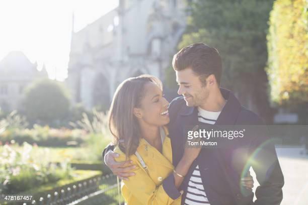 Couple embrassant dans le parc urbain