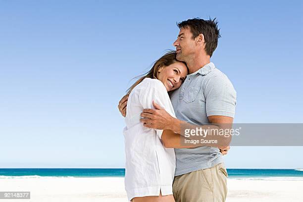 Par abrazar en la playa