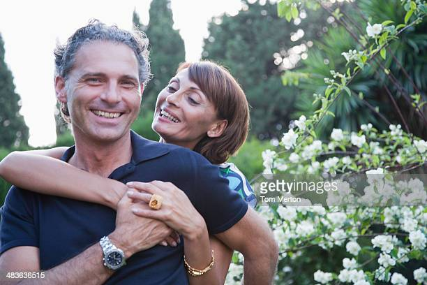 couple hugging outdoors - 40 49 jaar stockfoto's en -beelden
