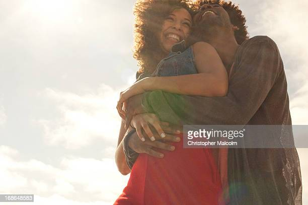 couple hugging - alleen volwassenen stockfoto's en -beelden