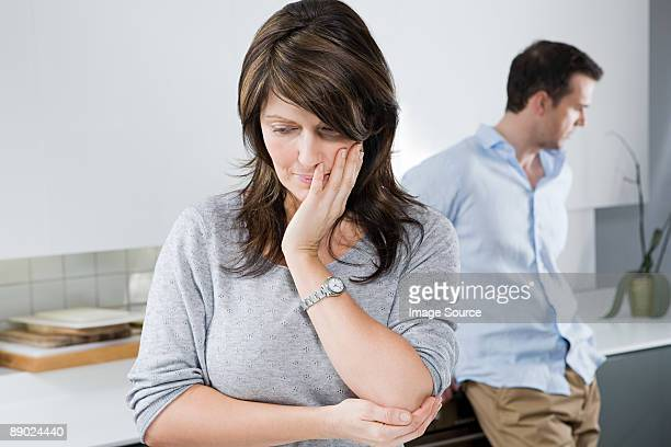 couple ignoring each other - echtgenote stockfoto's en -beelden