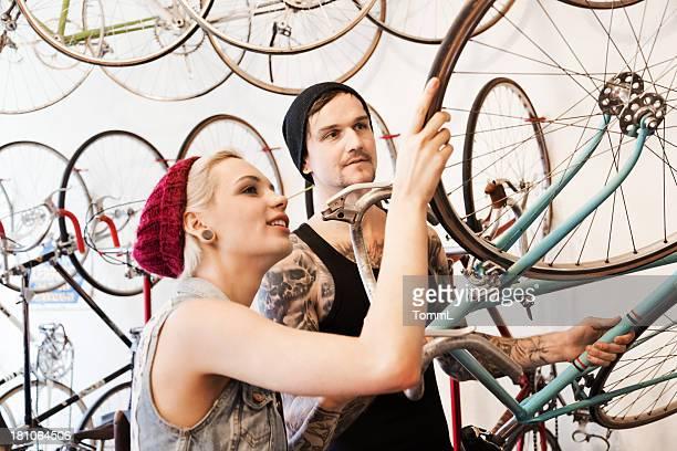 カップルで、自転車の保管 - ロードバイク ストックフォトと画像