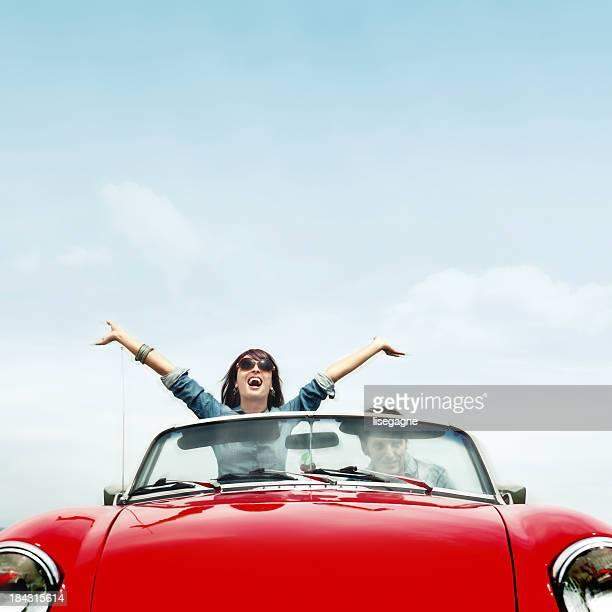 Paar in ein rotes Cabrio