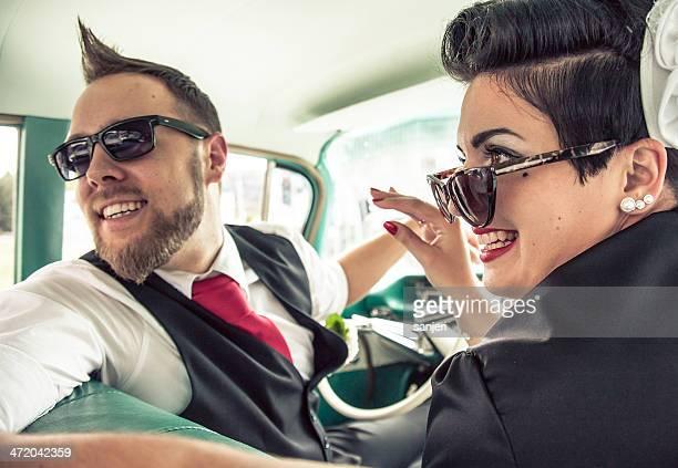 Couple dans un style rétro voiture sur la route