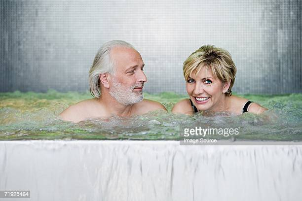 Couple dans un bain à remous