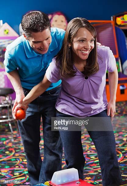 Paar in einem Amusement Arcade