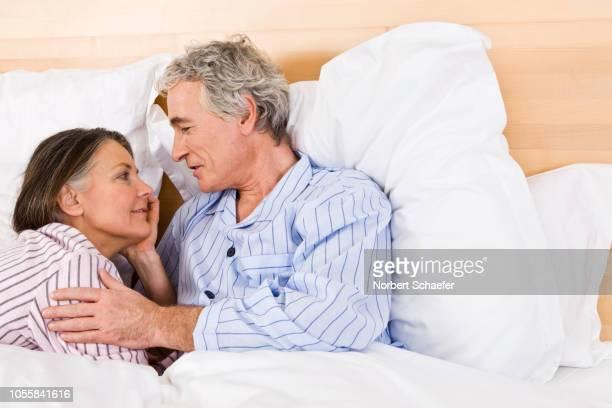 couple in bed - couple au lit photos et images de collection