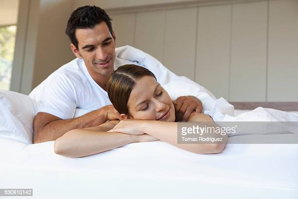 couple in bed - massage homme femme photos et images de collection
