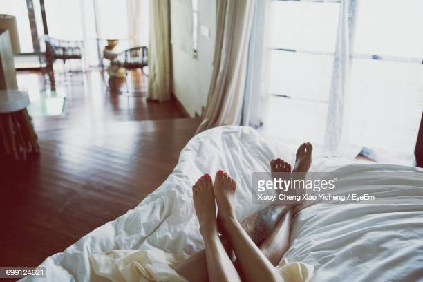 couple in bed - couple lit photos et images de collection