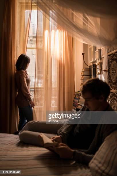 couple in bedroom - ilbusca foto e immagini stock