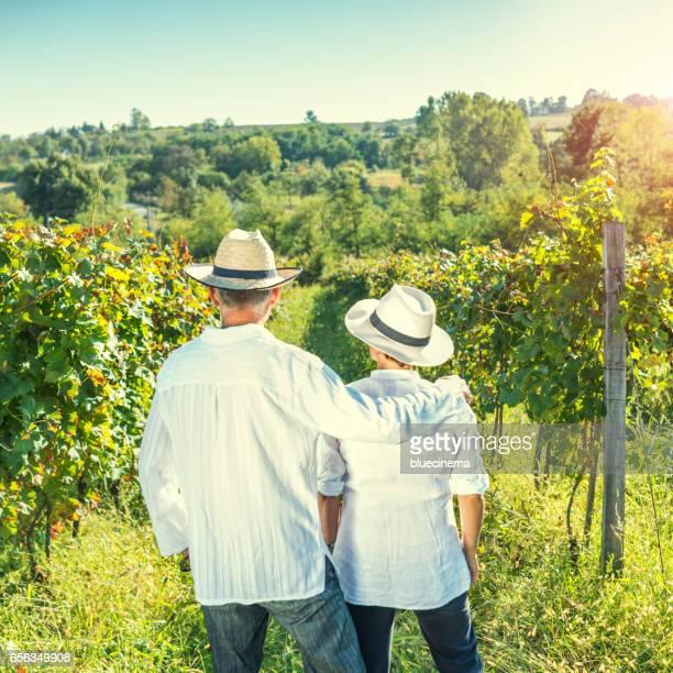 Couple entre rangées de vignes