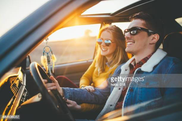 Paar im Auto auf dem Weg
