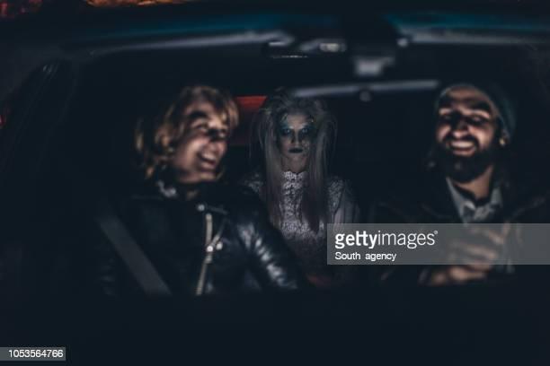 pareja en el coche con una bruja - aparición acontecimiento fotografías e imágenes de stock