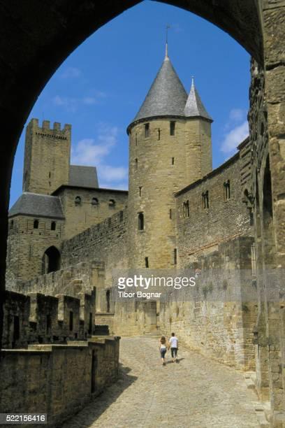 couple in carcassonne - guy carcassonne photos et images de collection