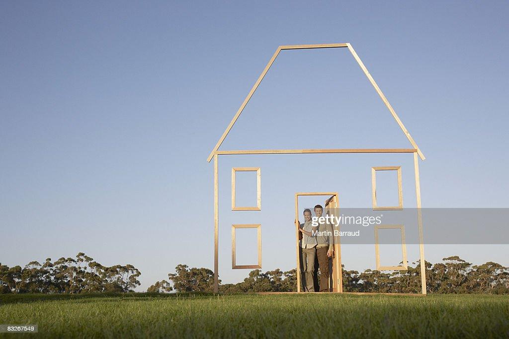 Casa pareja en puerta de contorno : Foto de stock