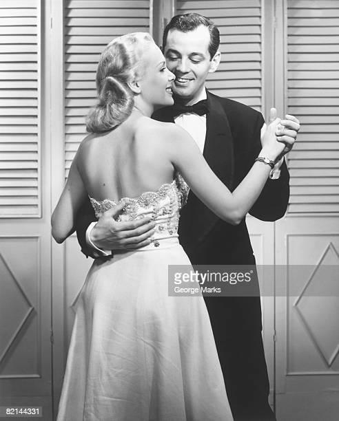 couple in evening clothing dancing, (b&w), - smoking stockfoto's en -beelden