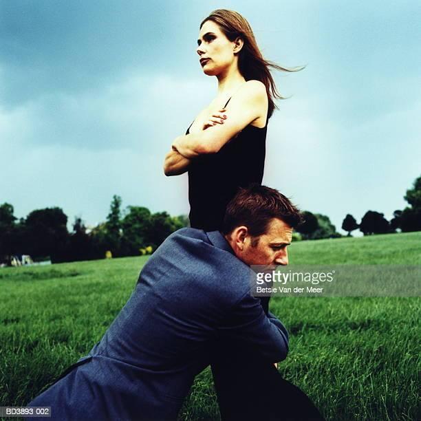 couple in field, man hugging woman's legs - petit ami photos et images de collection