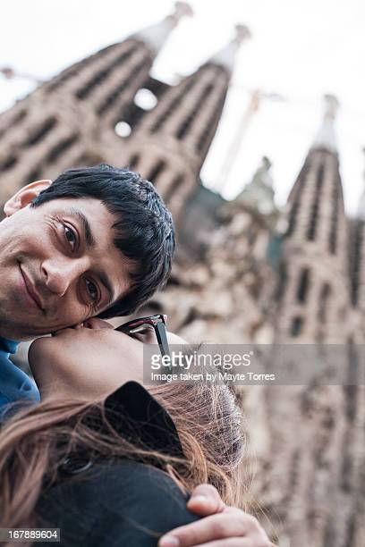 couple in fron of sagrada familia - familia stock-fotos und bilder