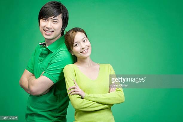 couple in green on green background - côte à côte photos et images de collection