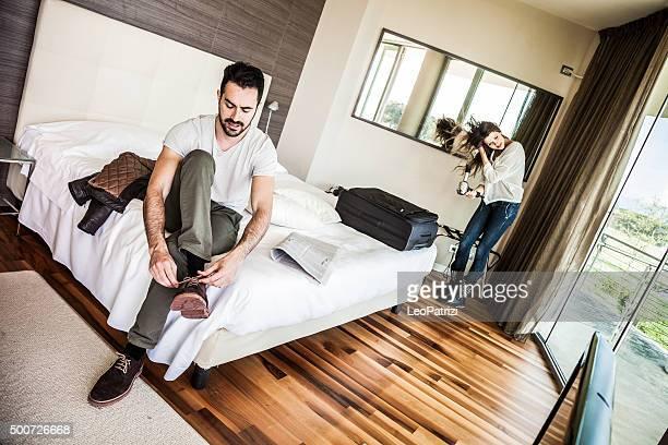 Paar im Hotelzimmer Anziehen