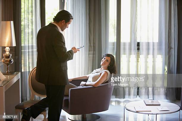 Pareja en habitación de hotel