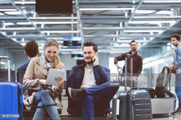 Paar im internationalen Flughafen Abflug