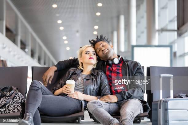 casal no aeroporto à espera de voo - izusek - fotografias e filmes do acervo