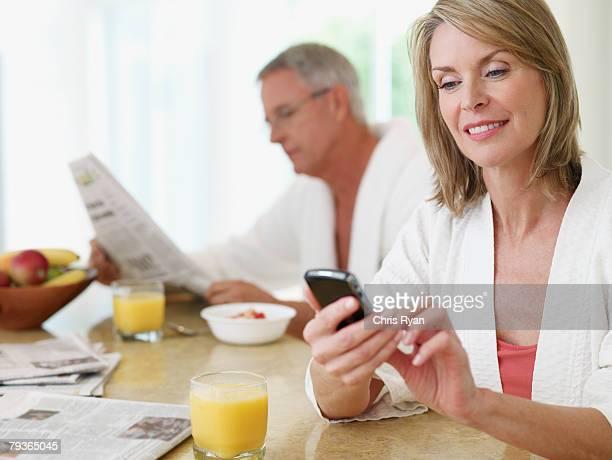 Paar in der Küche Essen Frühstück und Zeitung lesen