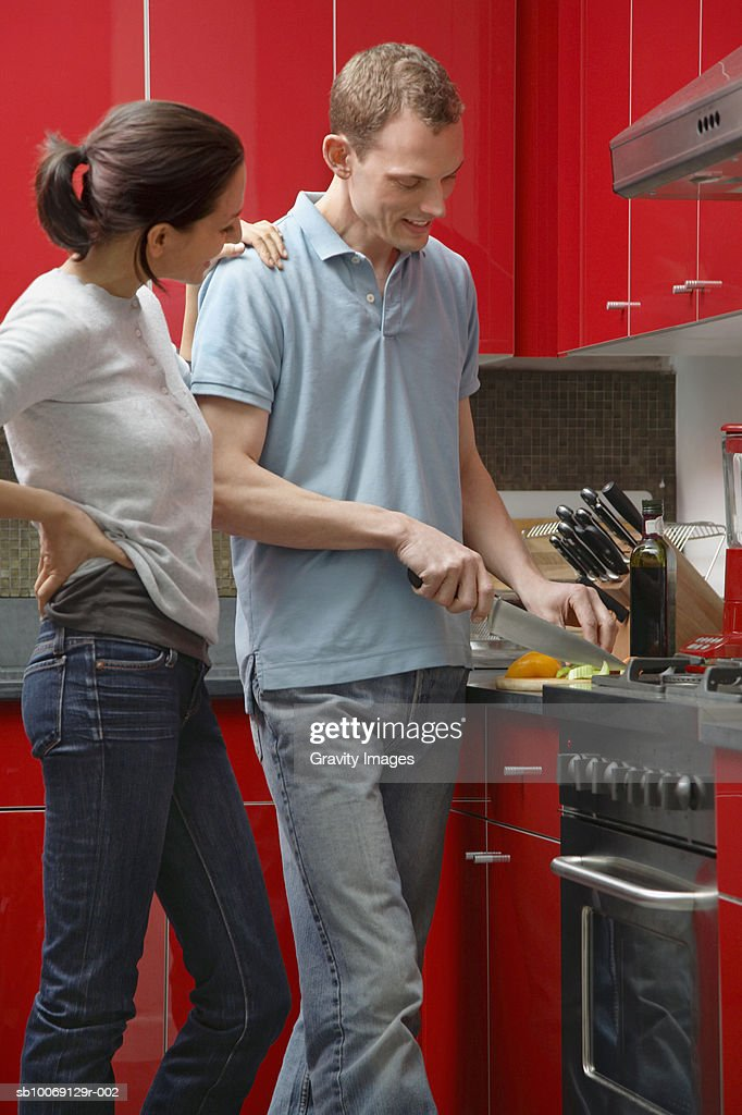Couple in kitchen preparing food : Stockfoto